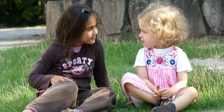 Ein größeres Kind und ein kleines Kind lernen sich kennen
