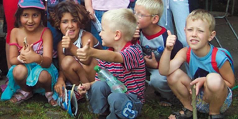 Fünf Kinder zeigen den Daumen hoch