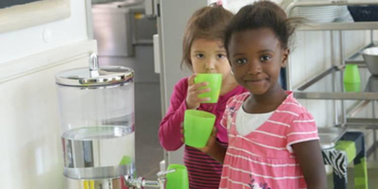 Kitakinder trinken Wasser
