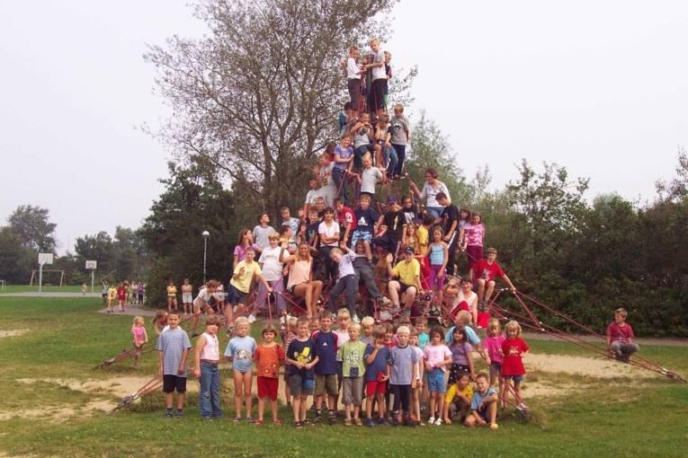 Gruppenfoto mit kindern auf einer Spielpyramide