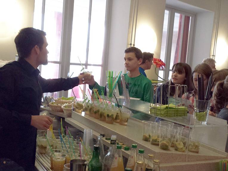 Barkeeper gibt alkoholfreie Cocktails aus