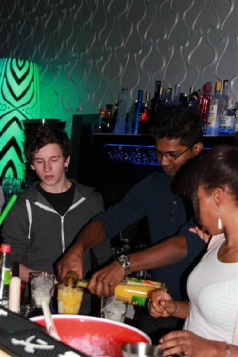 Jugendliche beim Cocktailworkshop