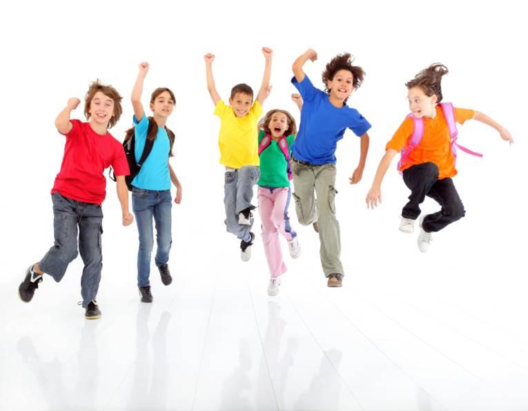 fröhlich springende Kinder