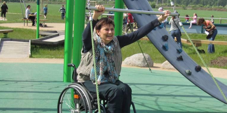 Die Beauftragte für Menschen mit Behinderung der Landeshauptstadt Hannover im Rollstuhl bei sportlicher Aktivität.