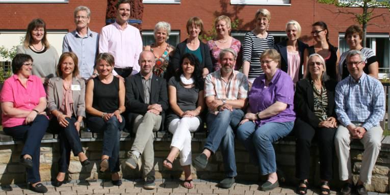 Gruppenaufnahme von 19 Beschäftigten, die in den Städtischen Alten- und Pflegezentren arbeiten