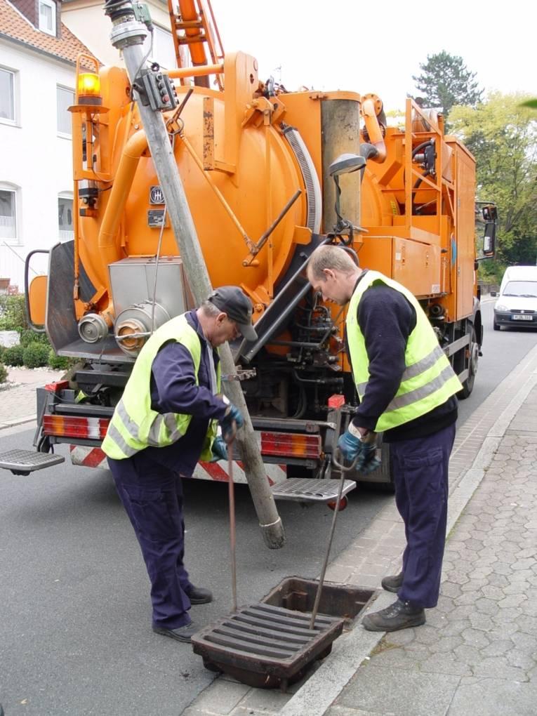 Kanalarbeiter bei einer Straßenablaufreinigung