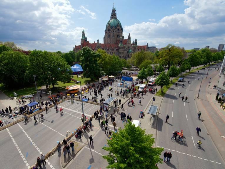 Fußgänger und Fahrradfahrer auf dem sonst dem Autoverkehr vorbehaltenen Friedrichswall