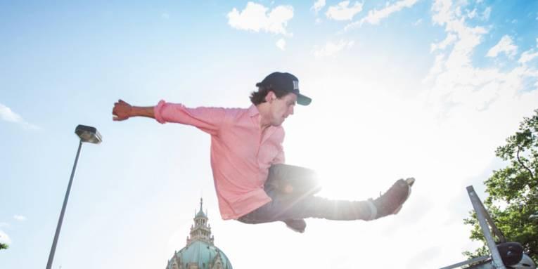 Ein Skater schwebend beim Sprung in Luft
