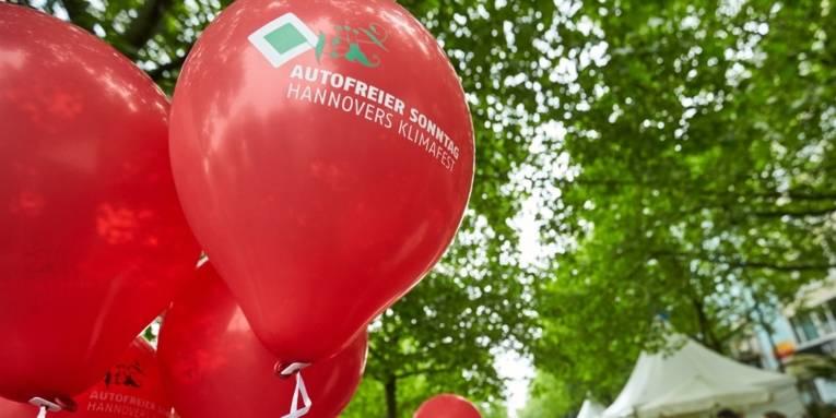 Rote Luftballons mit der Aufschrift Autofreier Sonntag - Hannovers Klimafest