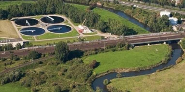 Luftaufnahme der Kläranlage Herrenhausen mit dem Fluß Leine
