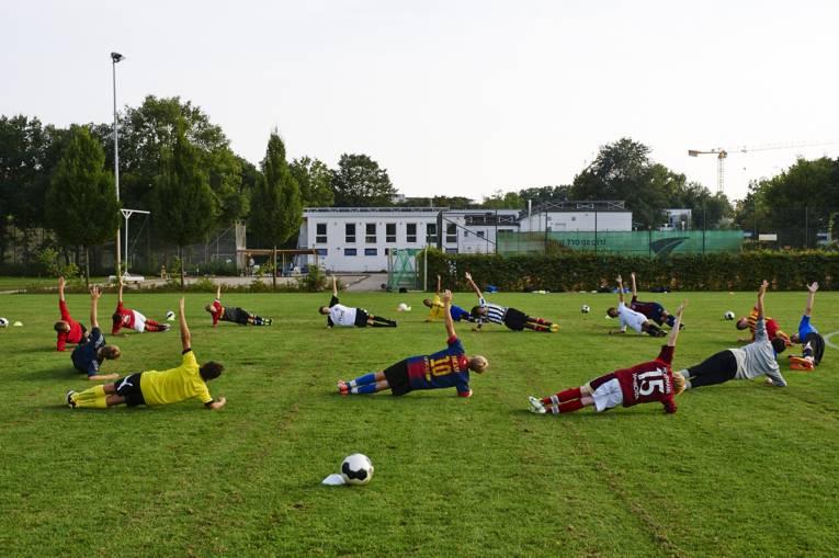 Sportplatz mit Fußballern