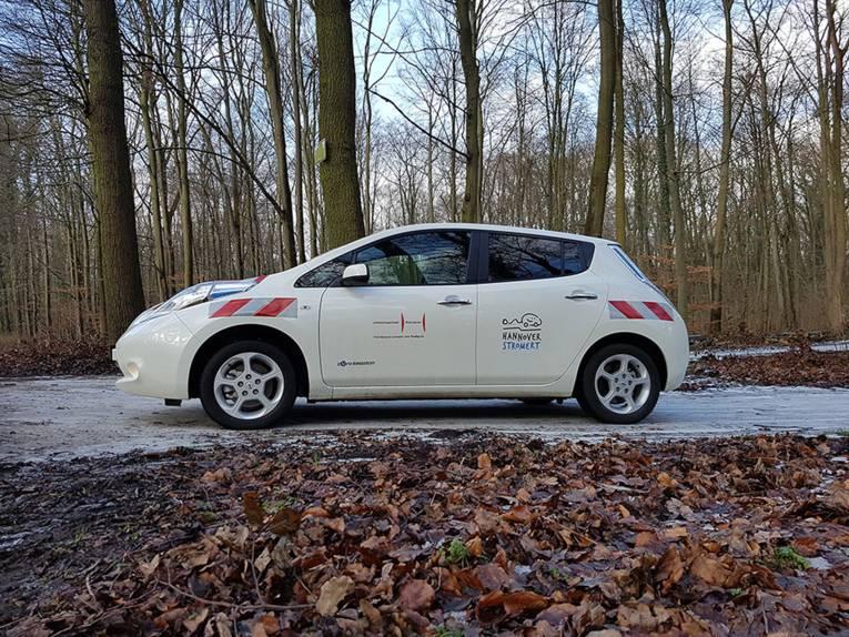"""Der E-Nissan Leaf des Fachbereichs Umwelt und Stadtgrün mit dem Aufkleber """"Hannover stromert"""""""