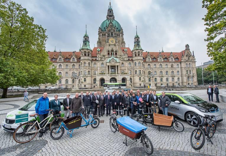 Gruppenbild der Unternehmen und Institutionen anlässlich multimobil mit Fahrrädern und E-Autos vor dem Neuen Rathaus
