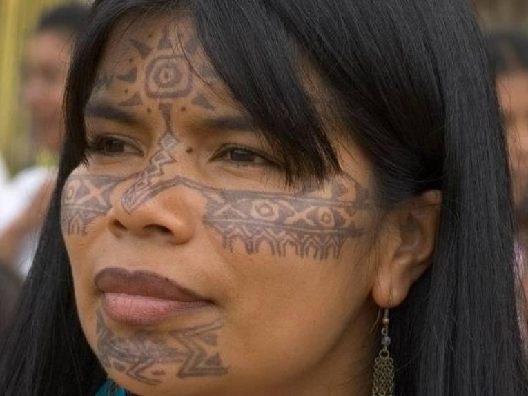 Portrait von Patricia Gualinga mit traditioneller Bemalung im Gesicht