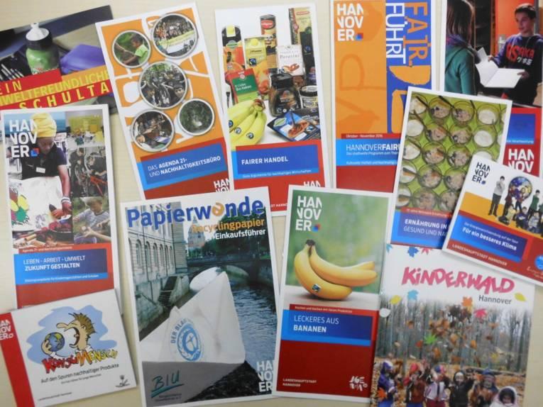 Verschiedene Flyer und Broschüren des Agenda21- und Nachhaltigkeitsbüros sind auf einem Tisch ausgebreitet