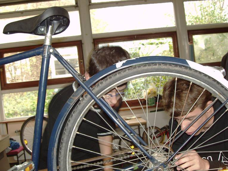 Zwei Schüler reparieren gemeinsam ein Fahrrad