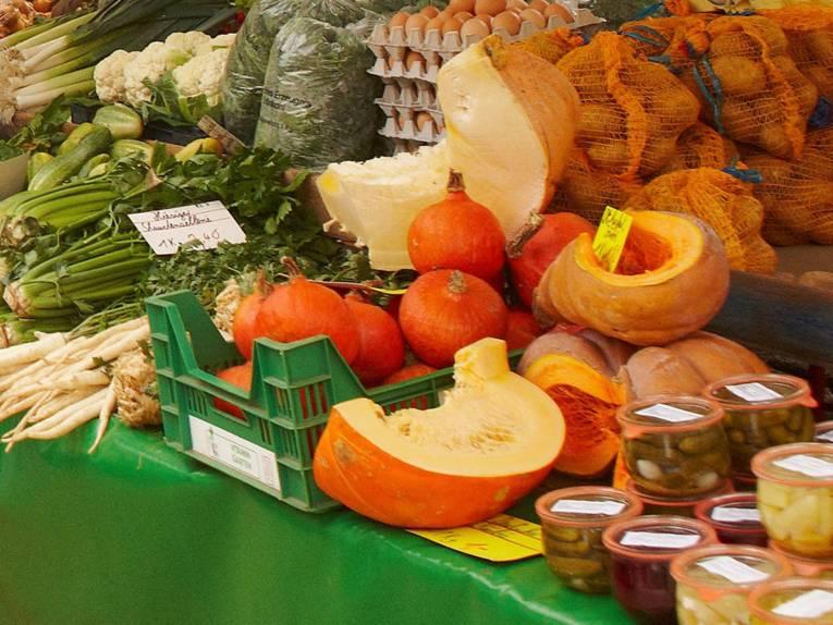 Regionale Gemüsesorten auf einem Wochenmarktstand