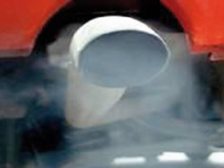Auspuff mit Autoabgasen