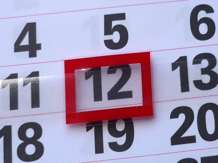 Nahaufnahme eines Kalenderblattes, auf dem der 12. Tag rot umrahmt ist