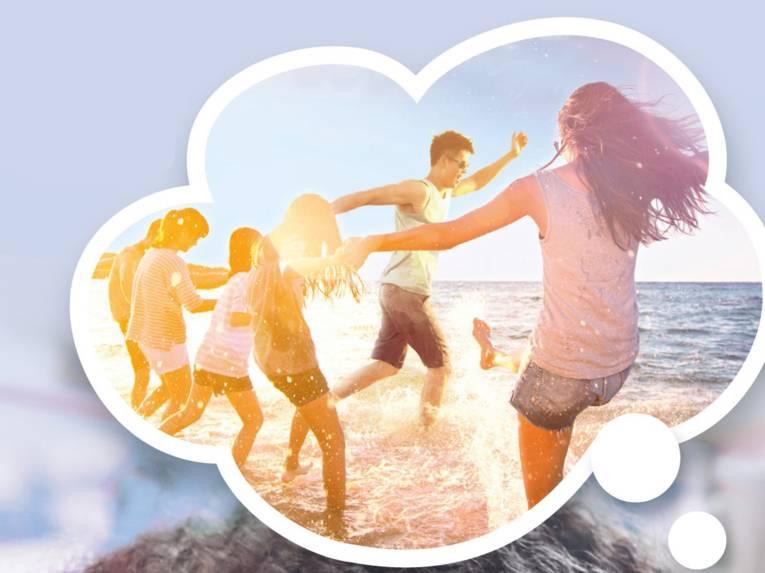 Gedankenblase, in der Kinder und Erwachsene im Sommer am Meer herumplanschen