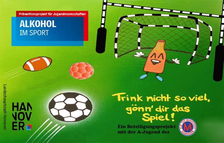Zeichnung: In einem Fußballtor ist eine Flasche zu sehen, auf die mit verschiedenen Bällen geschossen wird.