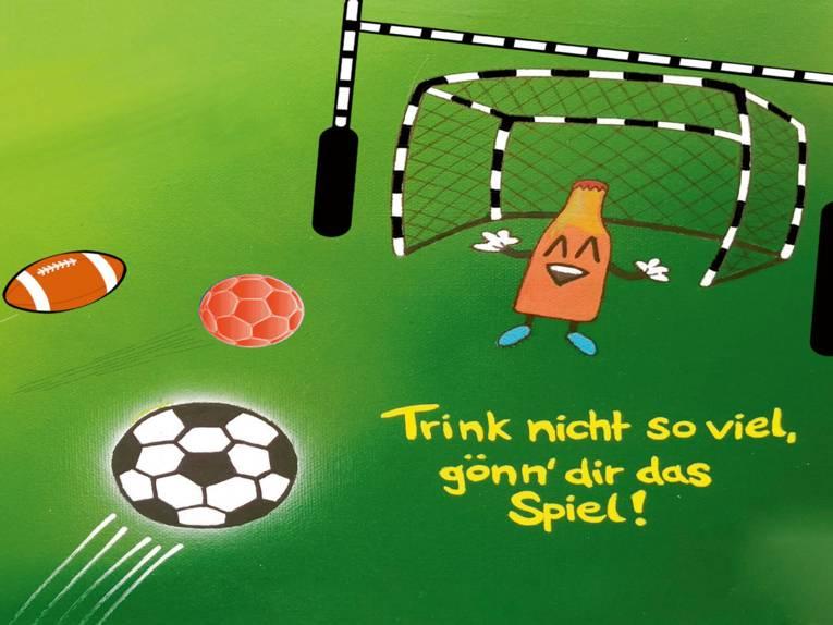 Zeichnung einer Flasche in einem Tor, auf die geschossen wird. Darunter die Aufforderung: Trink' nicht so viel, gönn' dir das Spiel!