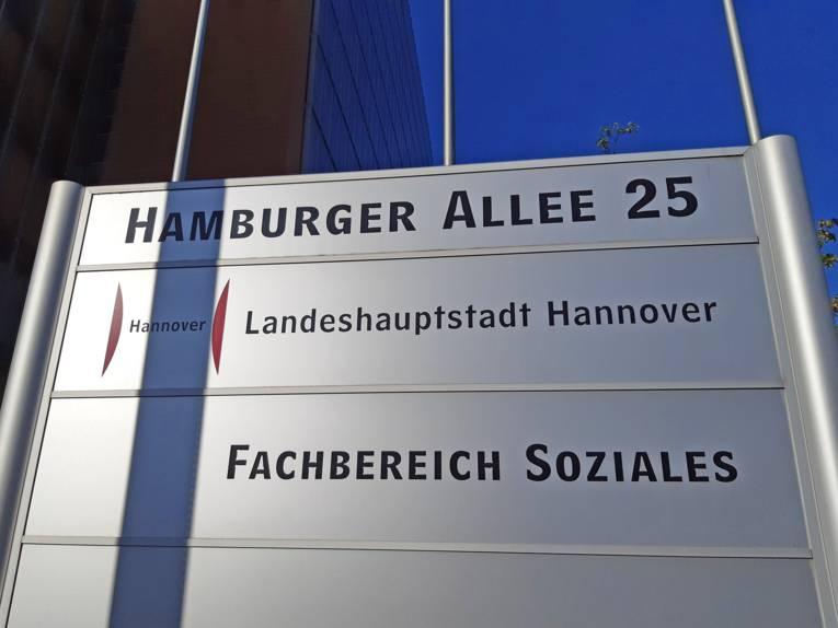 Hinweisschild auf den Fachbereich Soziales in der Hamburger Allee 25