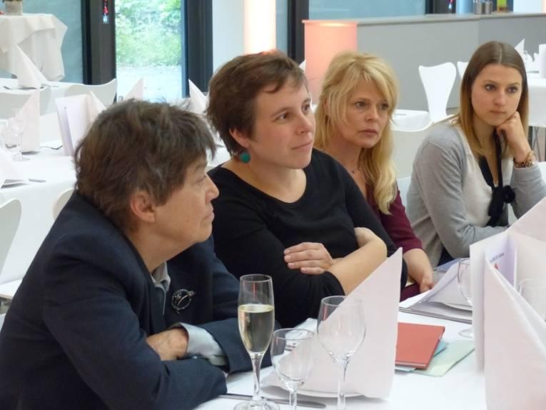 Die Gastrednerin Carol Hagemann-White, die Gleichstellungsbeauftragte der Landeshauptstadt und zwei Vertreterinnen der Presse- und Öffentlichkeitsarbeit der Stadt sitzen an einem Tisch und beantworten Fragen.