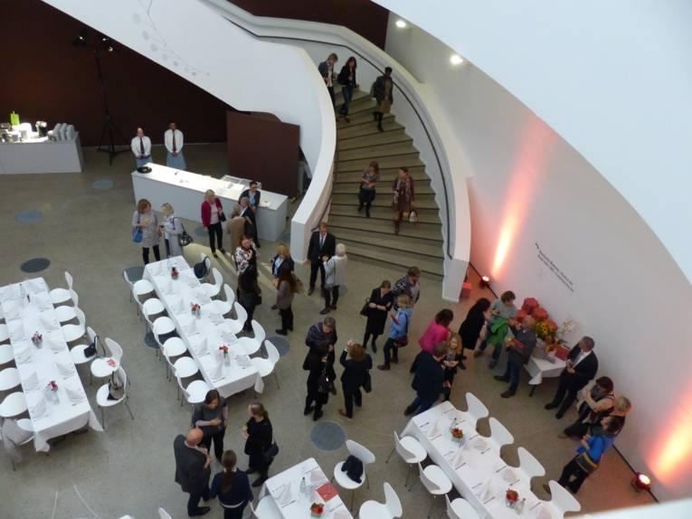 Blick von oben auf die ankommenden Gäste im Caldersaal im Sprengelmuseum
