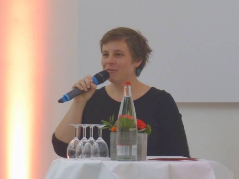 Die Gleichstellungsbeauftragte der Landeshauptstadt, Friederike Kämpfe, am Rednerpult