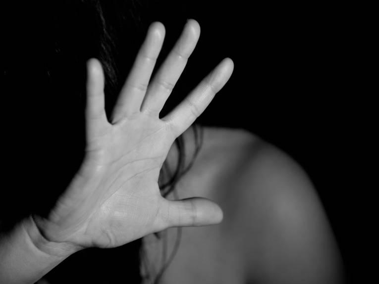 Schwarz-weiß Aufnahme einer Hand in Abwehrgeste