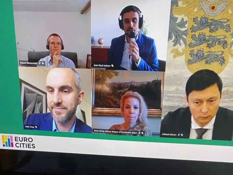 Videokonferenz: Fünf Personen in fünf Bildausschnitten sind auf einem Bildschirm zu sehen.