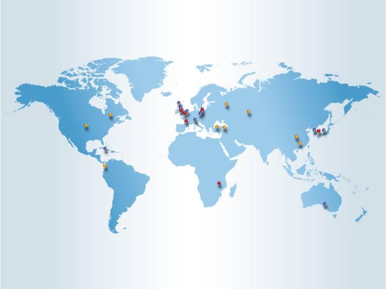 Weltkarte, auf der Stecknadeln die internationalen Kooperationsstädte Hannovers kennzeichnen.