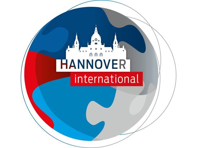 Das Logo von Hannover International zeigt neben dem Schriftzug die stilisierte Silhouette des Hannoverschen Rathauses, umgeben von farbigen Flächen, die ineinander greifen.