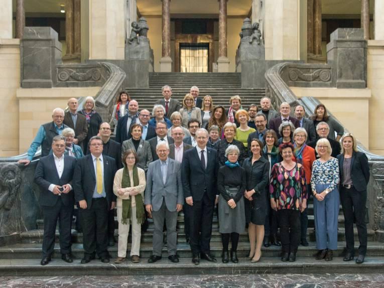 Gruppenaufnahme von ca. 45 Personen auf der Treppe im Eingangsbereich des Neuen Rathauses in Hannover