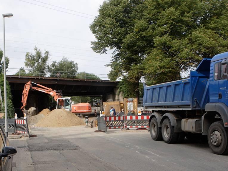 Straßen- und Brückenbaustelle mit Bagger und LKW