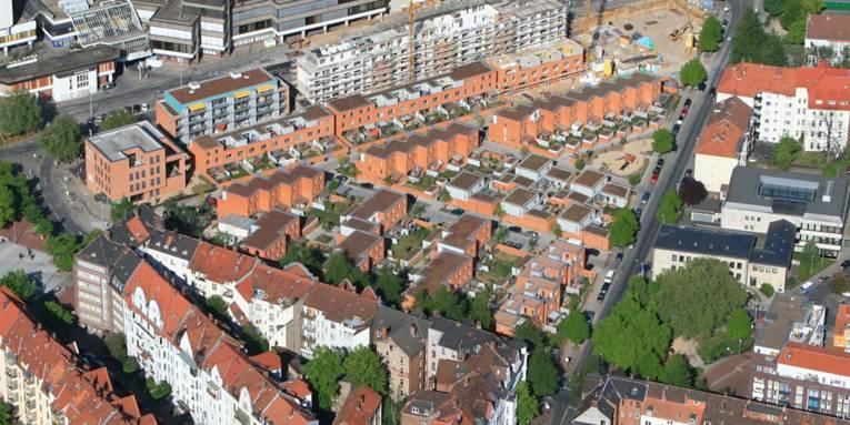 Neubau auf dem Gelände der Gilde-Brauerei: Moderne Reihenhäuser neben Altbauten und Ihme-Zentrum