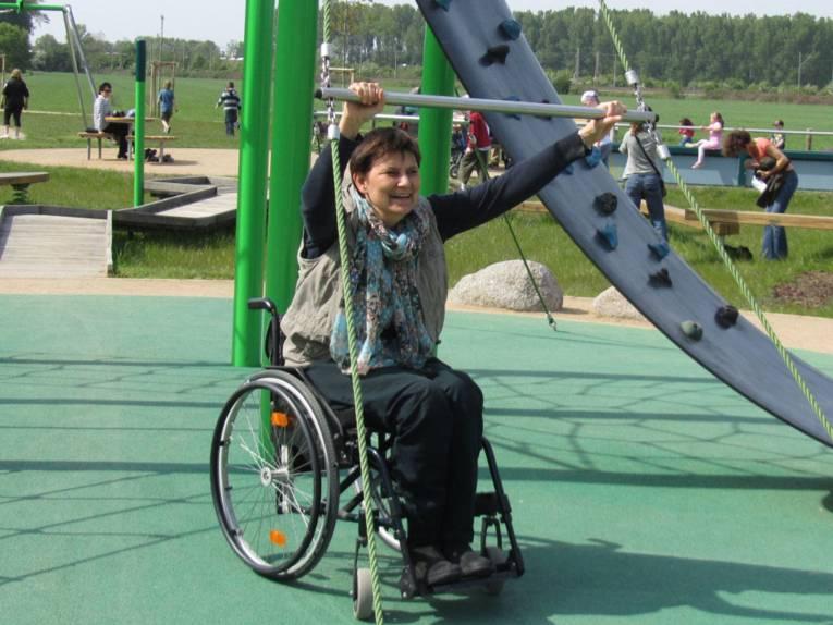 Die Beauftragte für Menschen mit Behinderung der Landeshauptstadt Hannover im Rollstuhl bei sportlicher Aktivität