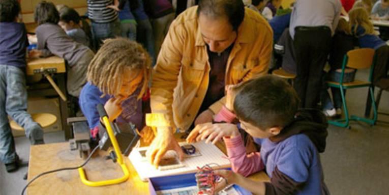 Ein Lehrer erklärt Schülern ein Experiment