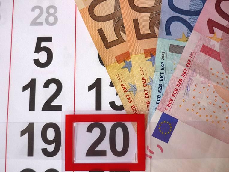 Geldscheine auf einem Kalenderblatt