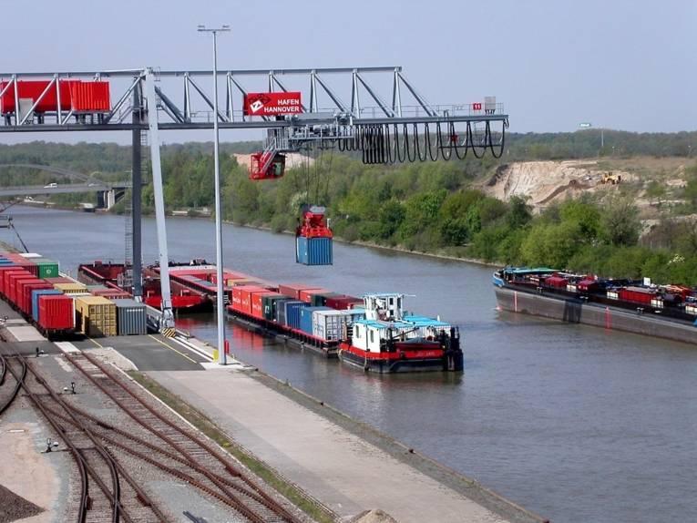 Ein Container wird auf ein Frachtschiff verladen