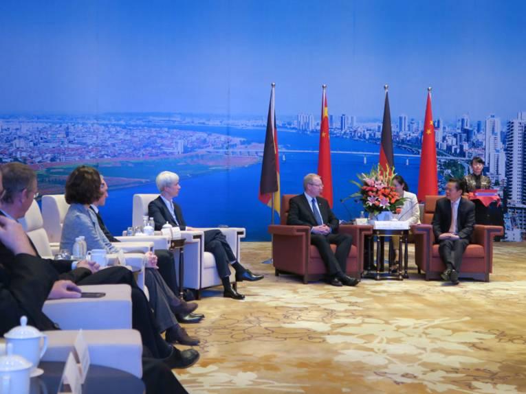 Oberbürgermeister Schostok mit einem Teil der Hannoverschen Delegation zu Gast beim Parteisekretär der Stadt Changde, Herr Wang