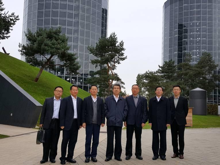 Sieben Delegierte aus Shenzhen vor den Türmen in der Autostadt