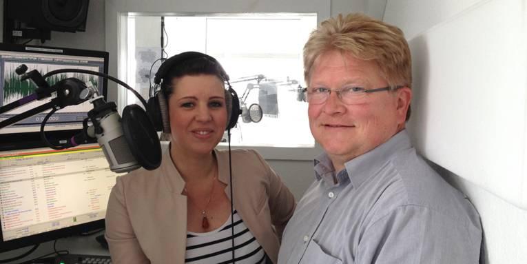 Denise Haarstrick-Rump von Radio Hannover und Ausbildungsleiter Andreas Schnalle von der Landeshauptstadt im Aufnahmestudio
