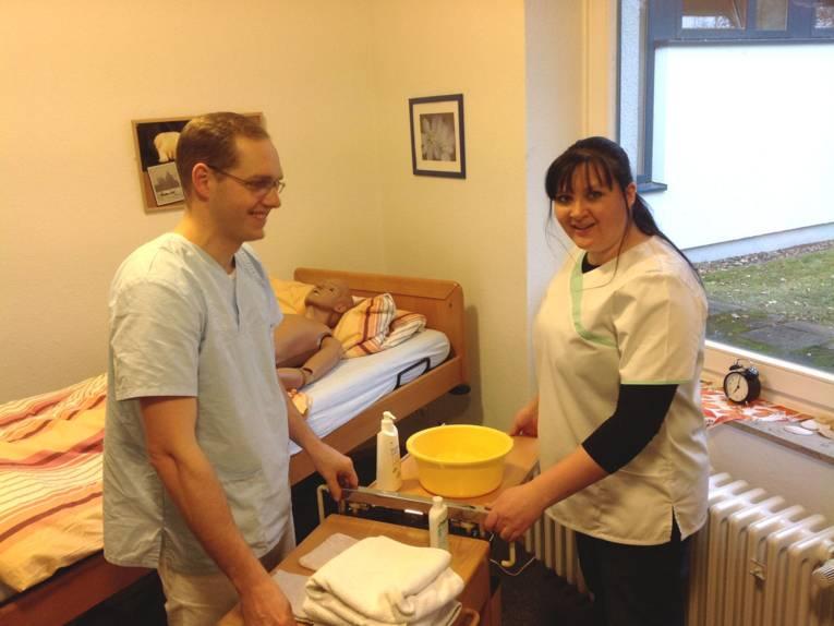 Zwei Auszubildende in der Lernwerkstatt Pflege