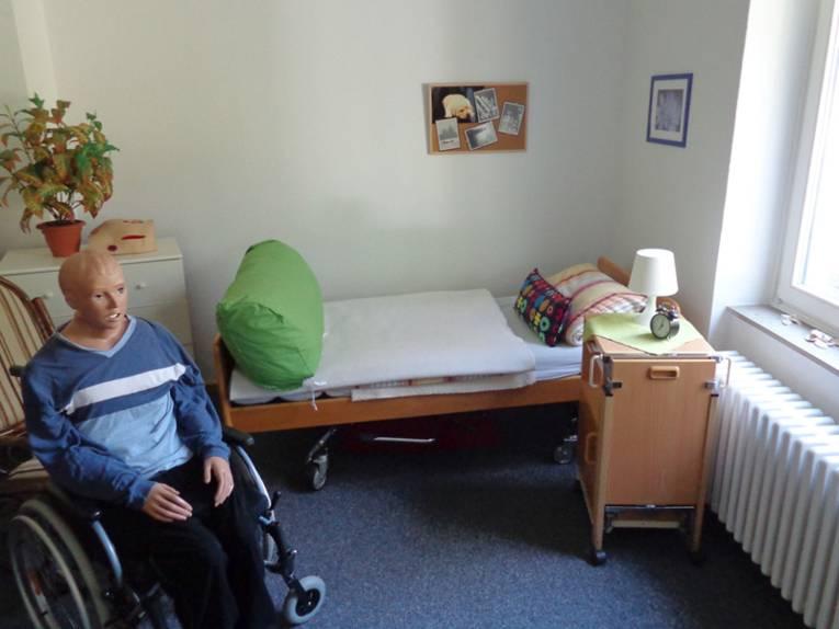 Pflegepuppe im Rollstuhl