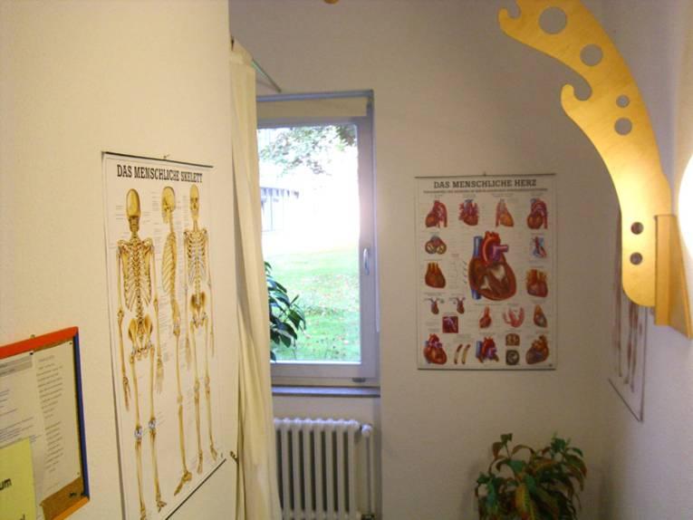 Zeichnungen vom Skelett und Herzen des Menschen in der Lernwerkstatt Pflege