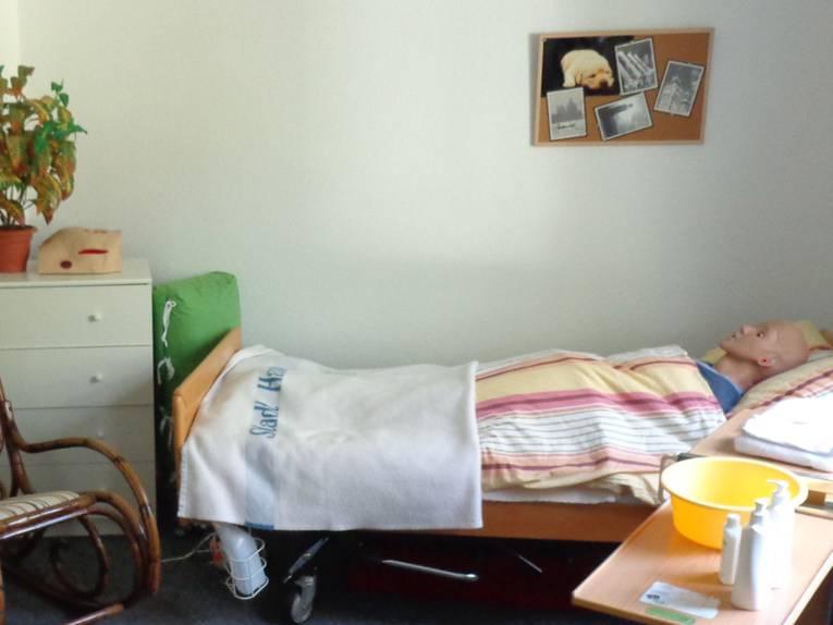 Pflegeperson in einem Bett