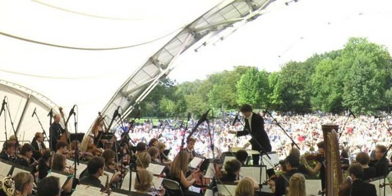 Musiker auf Open Air-Bühne