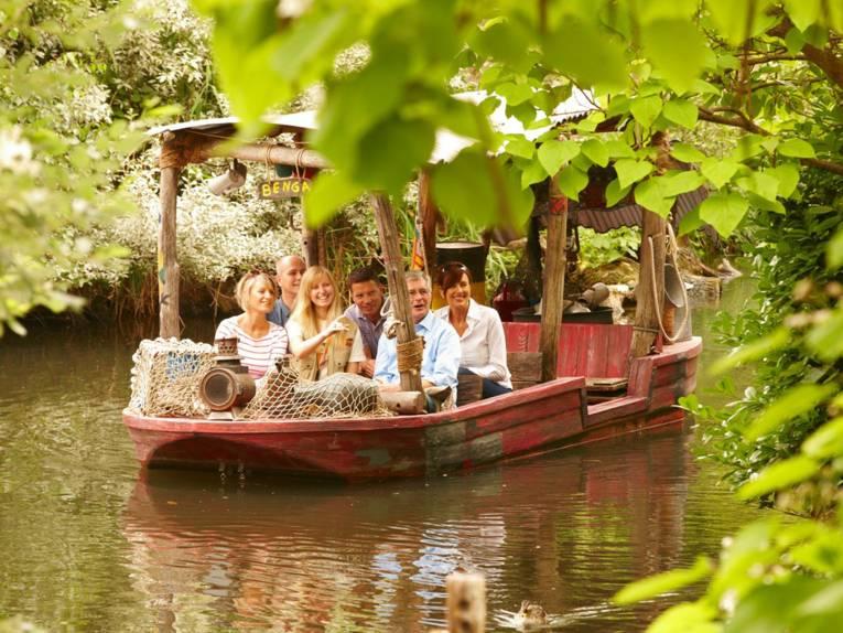 Boot mit sechs Menschen.